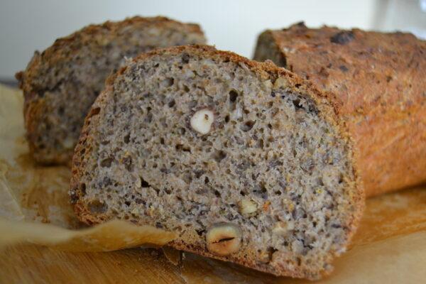 gesundes Brot mit Leinsamen und Dinkelmehl