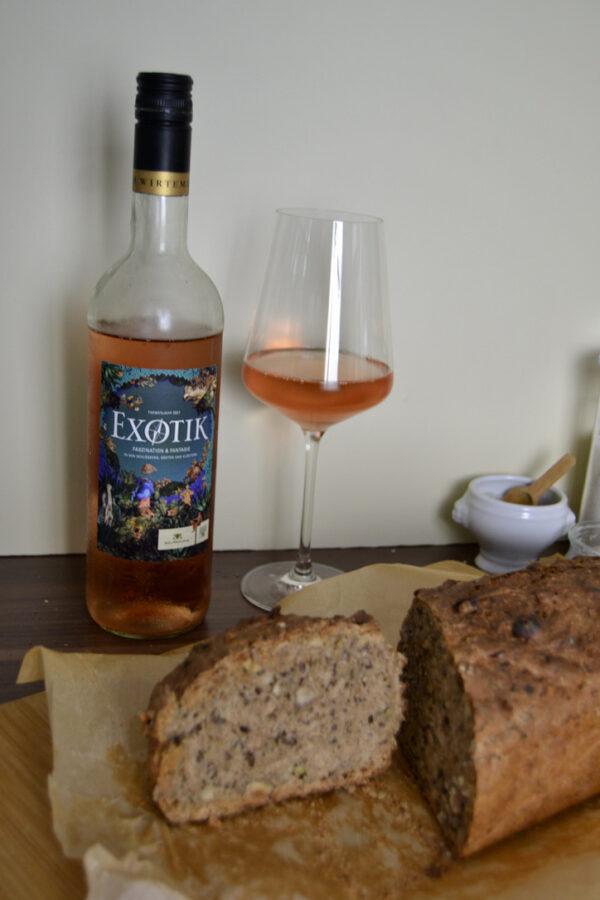 limitierter Rosé Wein und fertiges Brot